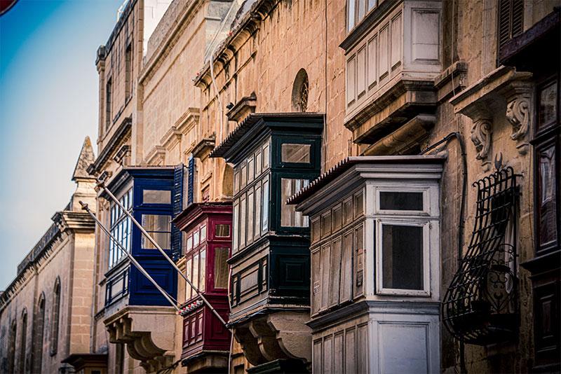 Kleurrijke overdekte houten balkons