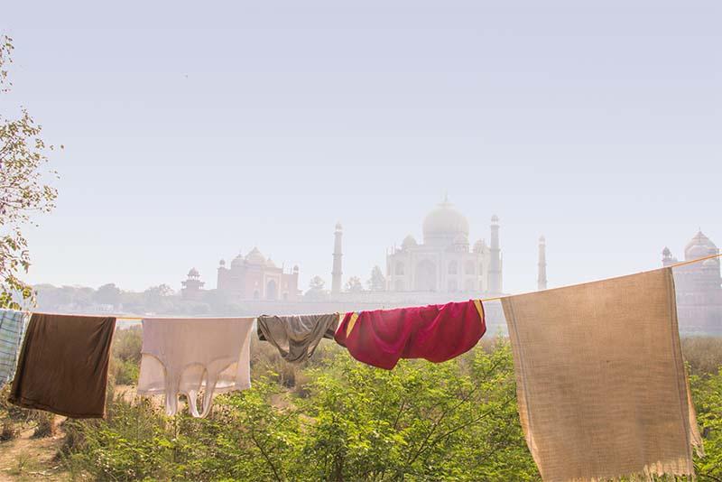 Uitzicht op de Taj Mahal vanachter een waslijn